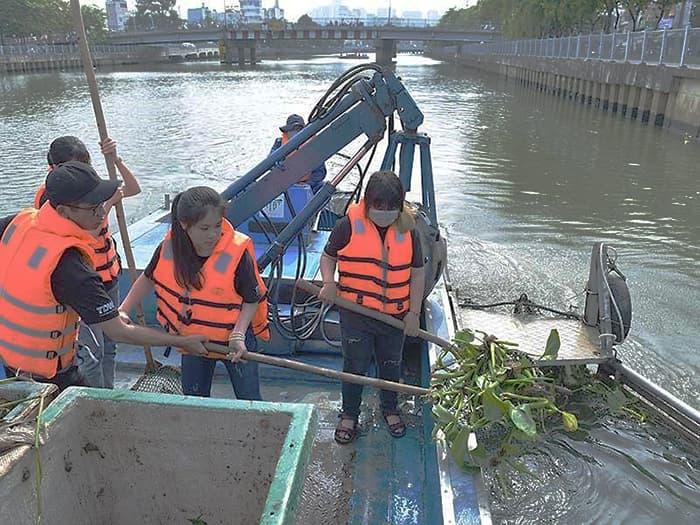 Dọn dẹp rác môi trường sông